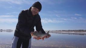 Świeżo złapany dziki rybi leszcz Pojęcie chwyta pomyślny podniecenie, radość i Zakończenie zbiory wideo