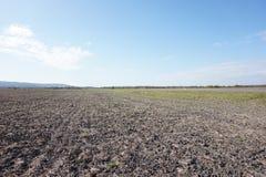 Świeżo zaorany pole i opustoszała droga europejczycy obraz stock
