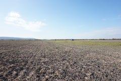 Świeżo zaorany pole i opustoszała droga europejczycy zdjęcia stock