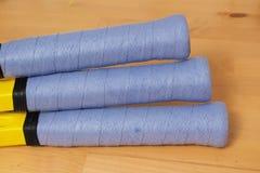 Świeżo zawijający błękit nad chwytami na 3 Tenisowych kantach Zdjęcia Royalty Free