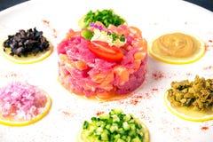 Świeży łosoś i tuńczyk tartare włoska restauracja menu zdjęcie stock