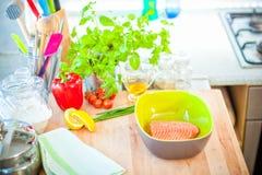 Świeży Łososiowy stek w pucharze Fotografia Stock