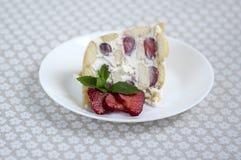 Świeży śmietanka tort z świeżymi truskawkami i zaokrąglonymi ladyfingers na talerzu z świeżymi czerwonymi owoc obraz stock