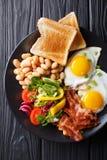 Świeży śniadanie: smażący jajka z bekonem, fasolami, grzanką i vegetab, obrazy stock