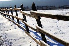 Świeży śnieg na drewnianym corral ogrodzeniu przy zimy wiejską sceną Fotografia Stock