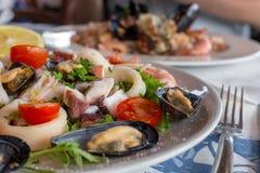 Świeży Śródziemnomorski owoce morza Calamari, ośmiornica, mussels i garnele z, pomidorami i cytryną Talerze z owoce morza perspek Zdjęcie Stock