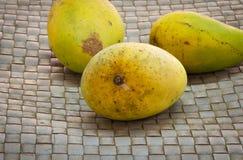 Świeży żółty mango w koszu Obrazy Royalty Free