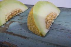 Świeży żółty melon lub kantalup na starej drewnianej grungy desce zdjęcie royalty free