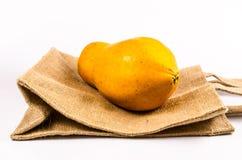 świeży żółty melonowiec z workową torbą odizolowywającą na białym tle Fotografia Royalty Free