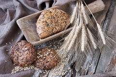 Świeży żyto bochenek chleb, wieśniaka styl zdjęcia royalty free