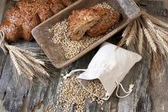 Świeży żyto bochenek chleb, wieśniaka styl obraz stock