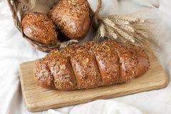 Świeży żyto bochenek chleb, wieśniaka styl zdjęcie stock