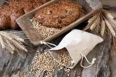 Świeży żyto bochenek chleb, wieśniaka styl obrazy stock