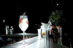 Świeży alkoholiczny grapefruitowy i rozmarynowy dżin toniki koktajl na baru kontuarze obraz stock
