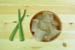 Świeży aloesu Vera gel na drewnianych filiżankach Vera i aloesie opuszcza na drewnianym zdjęcie stock
