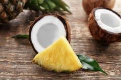 Świeży ananasowy plasterek i koks Obrazy Stock