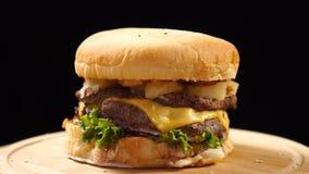 Świeży apetyczny hamburgeru post wiruje na czarnym tle Bezszwowy loopable strza? zdjęcie wideo
