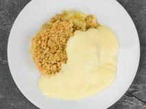 Świeży Apple Rozdrobni deser Słuzyć Z Gorącym Custard Obrazy Stock