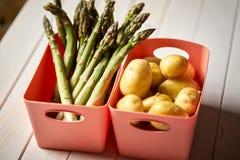Świeży asparagus i grule na białym kuchennym stole obraz royalty free