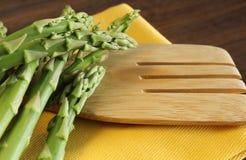 Świeży asparagus na drewnianej łyżce. Fotografia Royalty Free