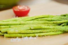 Świeży asparagus na grillu dla jaroszy Fotografia Stock