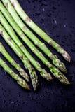 Świeży asparagus Odizolowywający na czarnym tle z kroplami woda Fotografia Stock
