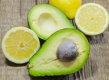 Świeży avocado i cytryna ciiemy w połówce a obraz stock