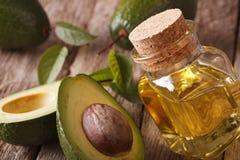 Świeży avocado olej w szklanej butelki zakończeniu horyzontalny zdjęcie royalty free