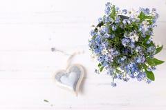Świeży błękit ja, myosotis serce na whi lub kwiaty i Zdjęcia Stock