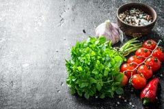 Świeży basil z pomidorami, pikantność i czosnkiem, obraz stock