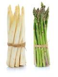 Świeży biały i zielony szparagowy wiązki warzywo odizolowywający Fotografia Stock