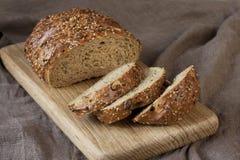Świeży bochenek chleb, wieśniaka styl zdjęcie royalty free