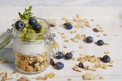 Świeży breackfast z zboże jogurtu kiwi i czarną jagodą Zdjęcie Royalty Free