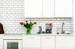 Świeży bukiet czerwoni i biali tulipany na kuchennym stole Szczegół domowy wnętrze, projekt Minimalistic pojęcie Kwiaty Zdjęcie Royalty Free