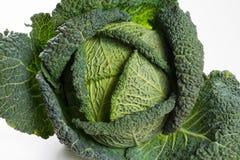 Świeży cały surowy zielony savoy kapusty warzywo zdjęcia stock