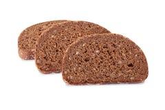 Świeży cały zbożowy chleb ciie w połówce na białym tle obrazy stock