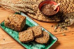 Świeży cały zbożowy chleb zamknięty w górę krótkopędu Pojęcie zdrowy żywienioniowy odżywianie Odgórny widok zdjęcia stock