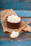 Świeży chałupa ser w ceramicznym naczyniu łyżce i Fotografia Royalty Free