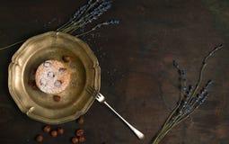 Świeży Charlotte tort na drewnianym tle Odgórny widok Obrazy Stock