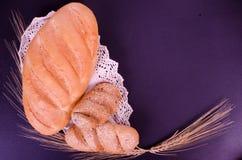 Świeży chleb, babeczki, pszeniczni ucho i koronki w czerni, Zdjęcie Stock