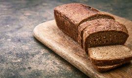 Świeży chleb ciący na drewnianej desce Zdjęcia Royalty Free