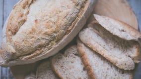 Świeży chleb i piec towary na drewnianej ciapanie desce Obrazy Stock