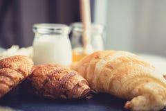 Świeży chleb i piec towary na drewnianej ciapanie desce Zdjęcia Royalty Free
