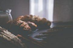 Świeży chleb i piec towary na drewnianej ciapanie desce Fotografia Royalty Free