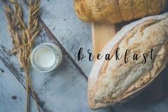 Świeży chleb i piec towary na drewnianej ciapanie desce Obrazy Royalty Free
