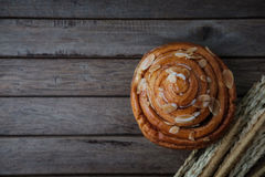 świeży chleb i piec towary na drewnianym Zdjęcie Royalty Free