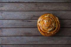 świeży chleb i piec towary na drewnianym Obraz Stock