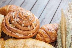 świeży chleb i piec towary na drewnianym Zdjęcia Stock