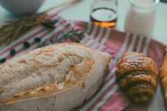 świeży chleb i piec towary na drewnianym Obrazy Stock