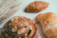 świeży chleb i piec towary na drewnianym Fotografia Royalty Free